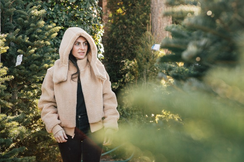 Los Angeles mommy blogger, RELish By Arielle, wears a foxy sherpa jacket by Alo Yoga