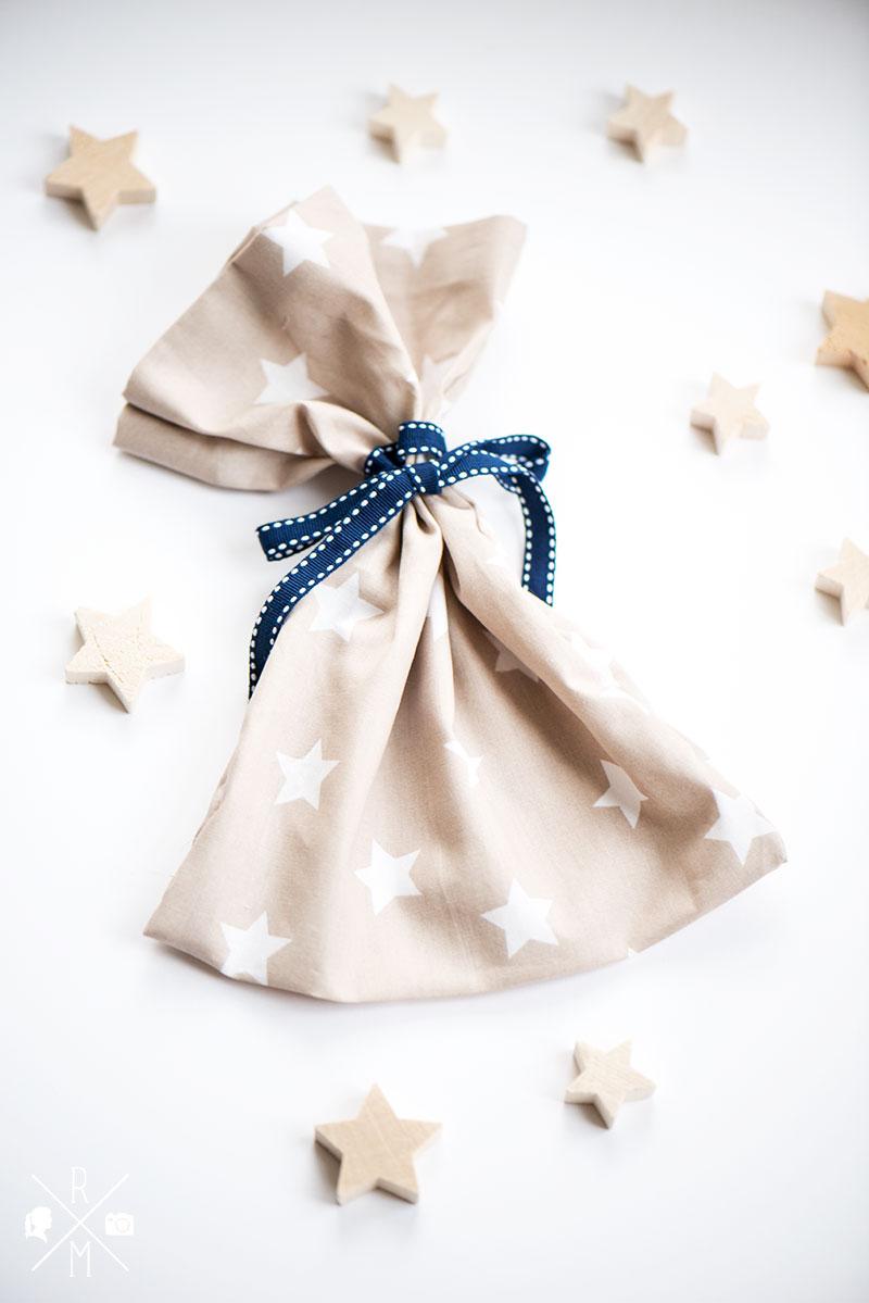 Adventskalender Geschenverpackung selbst nähen - Weihnachtsbeutel mit Sternen DIY   relleomein.de #adventskalender #giveaway