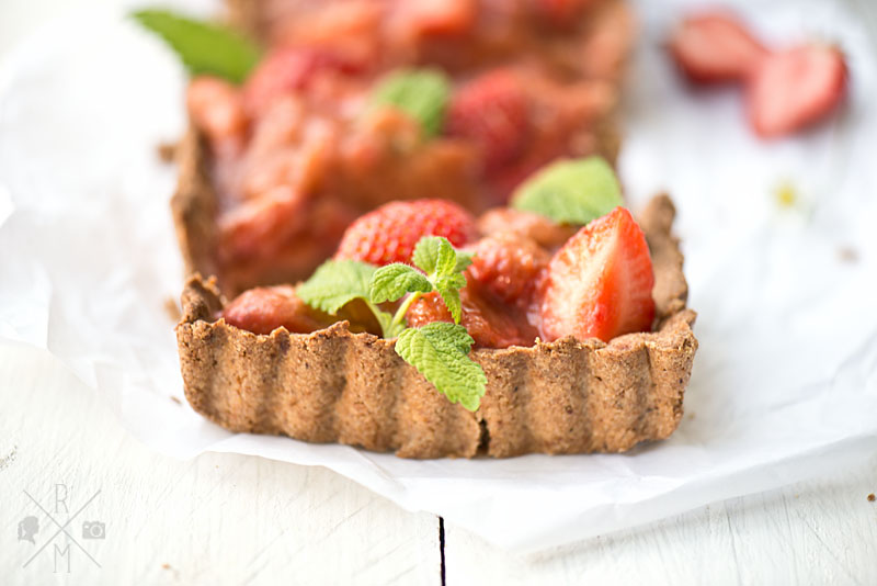 Erdbeer Rhabarber Kuchen mit Zitronenmelisse und Dinkelvollkornmehl | relleomein.de