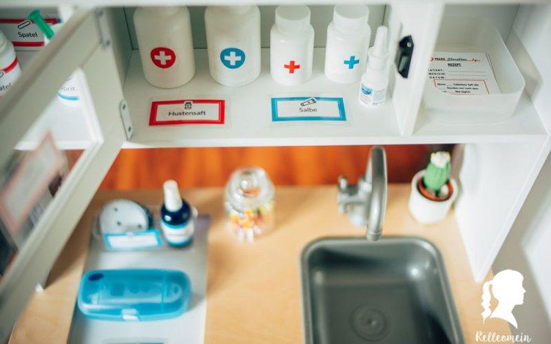 Kinder Arztkoffer - Kinder Arztpraxis zum spielen - Ikea Küche Duktig Ideen | relleomein.de #diy #dramaticplay #arztkoffer