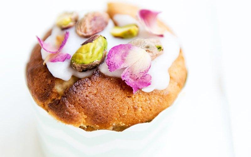 Zitronen-Frischkäse-Muffins mit Pistazien und Rosenblättern | relleomein.de #ostern #muffins #zitronenmuffins #frischkäse