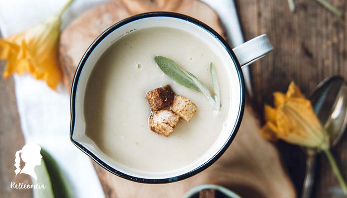 Weiße Kürbissuppe aus Patisson Kürbis - Patisson Kürbisrezept - Kürbissuppe | relleomein.de #vegan #veganezepte #foodblogger #kürbissuppe
