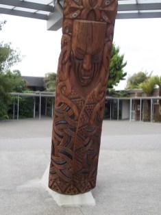 Te Puia - Eine von 12 Schnitzereien die die 12 Himmelsstufen beschreiben