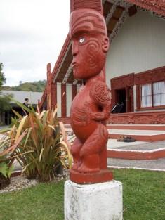 Te Puia - Diese Figur hat 4 Finger: Geburt, Leben, Tod und Leben nach dem Tod