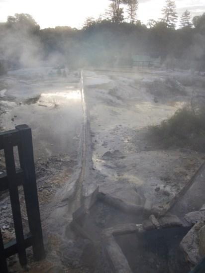 """Te Puia - Maori Dorf - Leitung zur Abkühlung des Wassers für die """"Badewanne"""""""