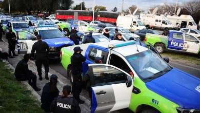 Photo of Decenas de patrullas de policías protestan en casa presidencial de Argentina