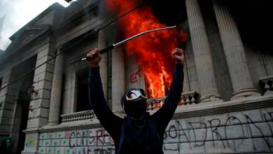Photo of Manifestantes incendian el congreso de Guatemala