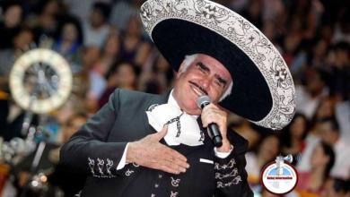 Photo of ¡Qué chingada! A Vicente Fernández se le va la mano, manosea pecho de fanática y queda grabado