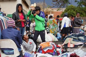 A Chinese traveller is taking photos of market vendors in Bulawayo (Photo: Travel.fengniao.com)