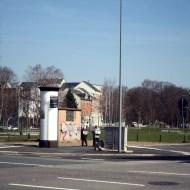 Wo die Leipziger- auf die Reichsstraße trifft, zwischen Konkordiapark und Kompott, Ermafa-Passage und Litfaßsäule stehen an einem frühlingshaften Donnerstagmittag zwei Zeugen Jehovas. Sie wirken hoffnungslos verloren und doch wie ein stiller menschlicher Leuchtturm im lauten Verkehrschaos. Hier, am Fuße des Kassbergs, beginnt unsere Reise entlang der gefährlichsten Straße Deutschlands: Über sechs Kilometer erstreckt sie sich vom Kassberg-Tal über Altendorf und Rotluff bis nach Rabenstein.