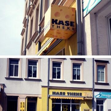 """Auf unserer Reise entdecken wir, was wir hier niemals erwartet hätten: Das heimliche Headquarter der Chemnitzer Käselegende Käsemaik - versteckt hinter einem unscheinbaren gelben Käsewürfel, der angeblich einen Laden namens """"Käsetheke"""" ausweisen soll."""