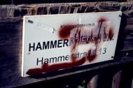 """Zwischen Dreck und Drogenkriminalität gedeihen auch am Sonnenberg spießige Kleingartenanlagen, die """"Hammerfrieden"""" heißen, während nebenan die Tonne brennt."""