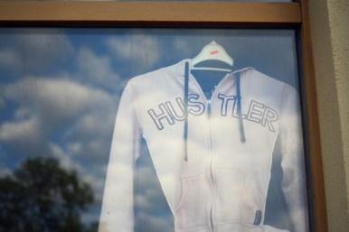 """Auslage des einzigen echten """"Fashion""""-Ladens auf dem Sonnenberg."""