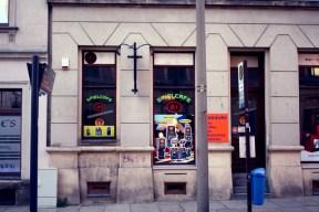 Halb Spiel-Cafè, halb Späti: Ein bewährtes Geschäftsmodell auf dem Sonnenberg - böse Blicke von den Bar-Besetzern gibt's hier ganz für umsonst.