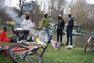 """Mann mit Grillzange sowie der 16. Platz im Abstiegskampf in der """"Wie stelle ich mein Fahrrad so hin, dass es am meisten auffällt""""- Trendsportbundesliga."""