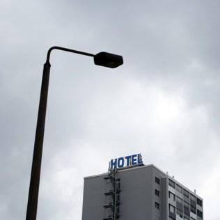 """Logieren geht über studieren: Im Hotel """"Seaview"""" mit dem sonnigen Nettoblick kann man absteigen wie der CFC und dem beruhigenden Verkehresrauschen lauschen. Früher hieß das Gebäude im Volksmund übrigens """"Paprika""""-Turm, weil hier ungarische Gastarbeiter untergebracht waren. Später dann Kubaner, aber das änderte nichts am Namen."""