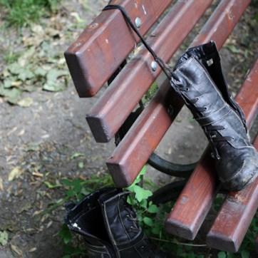 Wenn man Glück hat, findet man dabei ein paar Schuhe, das man für eine Kunstinstallation im Park verwenden kann. Sind ja bald wieder Begehungen. Und re:marx ist der President Artist.