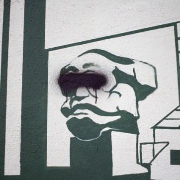 Streetart bestaunen: Das Opfer unzähliger behämmerter Stadt-Marketing-Aktionen, Chemnitz-Logos und Touristenguides möchte unerkannt bleiben. Es sagt, es fühle sich fremd im eigenen Trikot.
