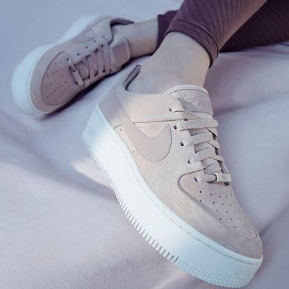 Nike Air Force 1 Sage Low - Beige - Shoes 2019 - legs