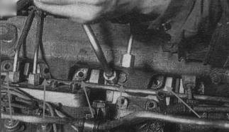 Отверните болты крепления впускного коллектора и водяной трубы