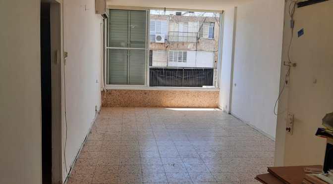 """3.5 חדרים , 90 מ""""ר ענקית עם מעלית ברחוב אילת חולון"""