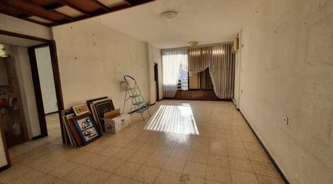3 חדרים, ענקית ברחוב הרב קוקיס,מיקום מנצח דקה הליכה מהים.