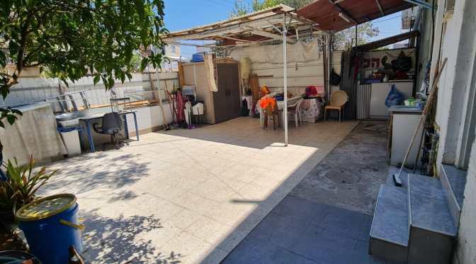 דירת גן, 2 חדרים, חצר ענקית ברחוב התנאים, חולון.