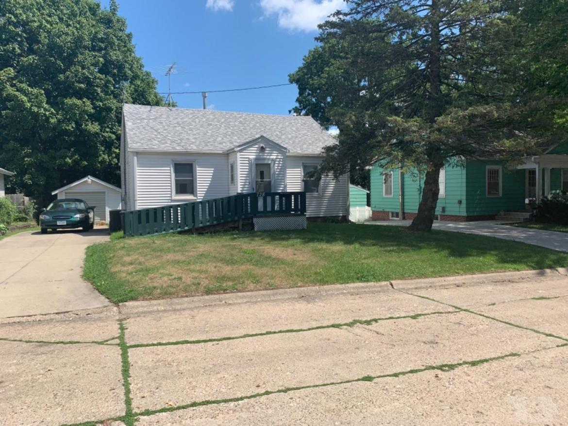 728 6th, Newton, Iowa 50208, 2 Bedrooms Bedrooms, ,1 BathroomBathrooms,Residential,For Sale,6th,35017375