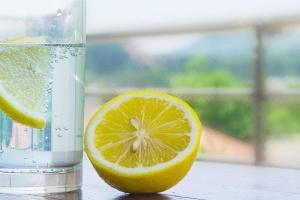 beneficios de tomar el agua de limón