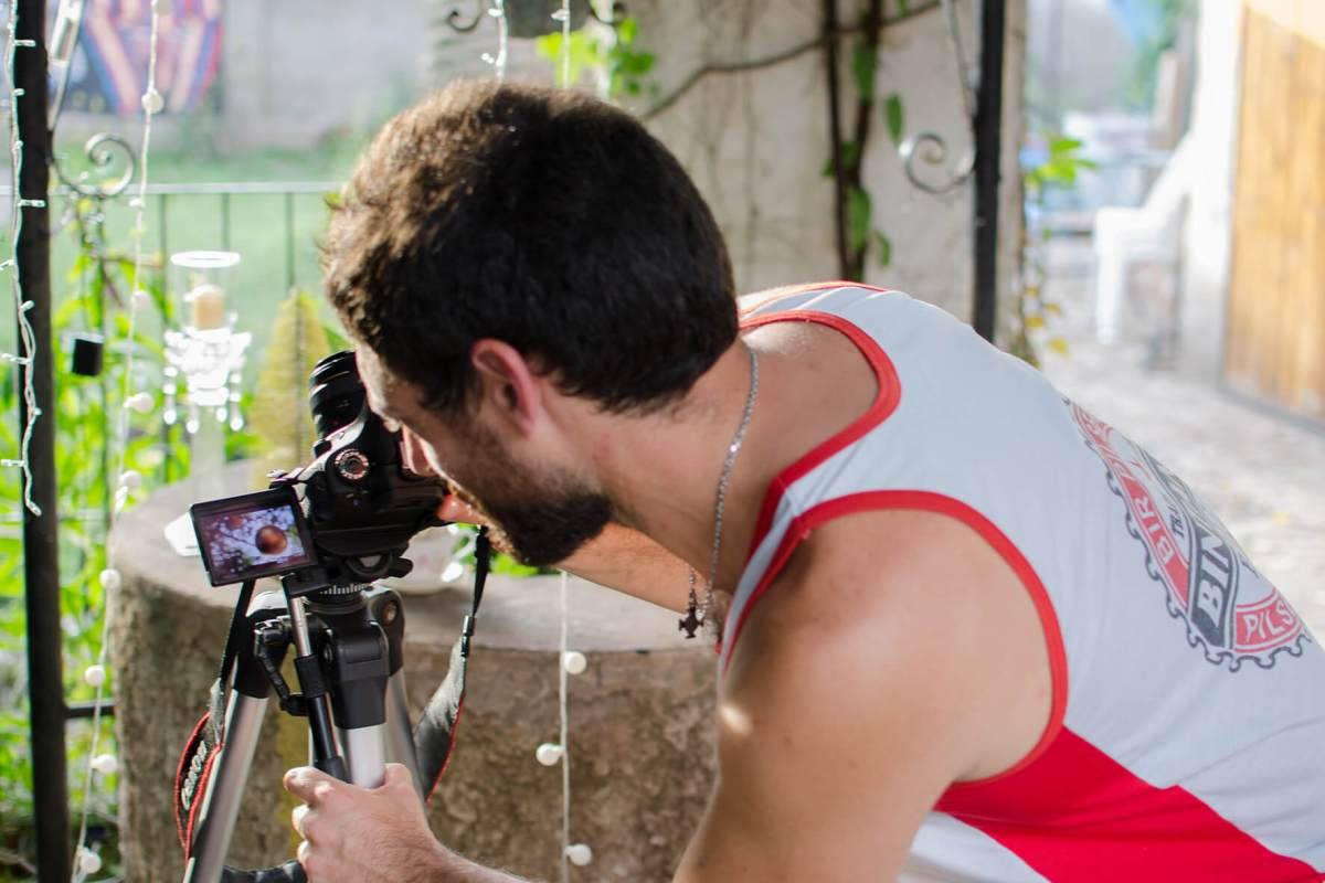 fotógrafo preparando cámara