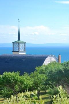 Église qui surplombe le Saint-Laurent, Charlevoix (Québec