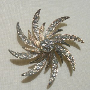 Sarah Coventry rhinestone brooch-Remix Vintage Clothing