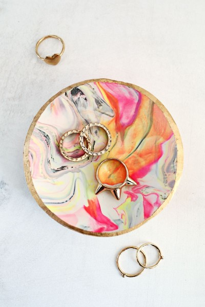 Check out these 7 marbled DIY projects that range from easy to a bit complicated, but all of them will add beauty and art to your home. 7 Stunning Marbled DIY Projects via tipsholic.com #marble #marbling #marbled #diy #projects