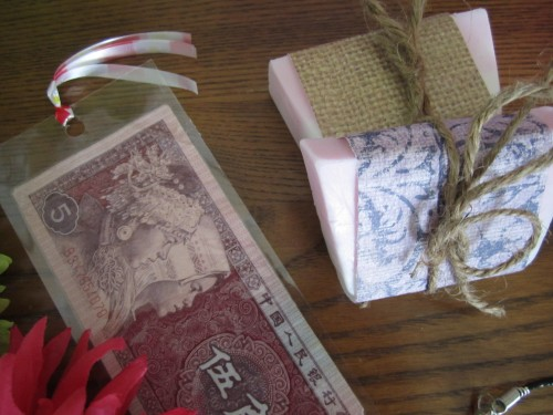 Do you have some foreign money saved from your travels in other countries? Here are 10 DIY ideas for leftover foreign money, both coins and paper currency! 10 Fun DIY Ideas for leftover foreign money via @tipsaholic #money #foreign #travel
