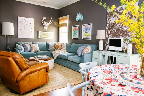 Looking for a new sofa for your home? Consider getting a colorful sofa! Here are 10 beautiful examples of how a sofa in a color can truly make a room. 10 Gorgeous Living Rooms That Will Convince You to Get a Colorful Sofa via @tipsaholic #livingroom #sofa #couch #colorful #colorfulsofa #home