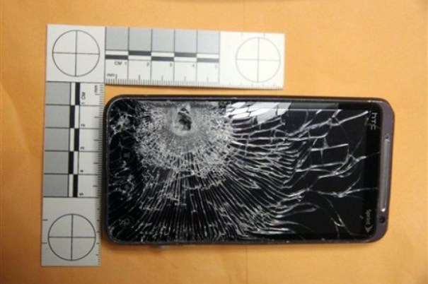"1d0accd789042c6d33d1d73d452d38eb 620x412 Tipo se salva a ""chepita""; celular atrapa bala [Florida]"