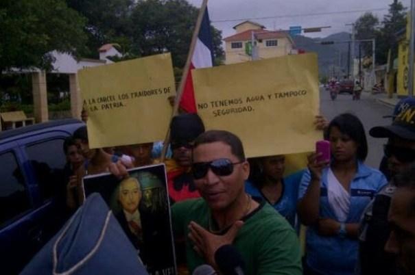 4924b37d5c7c126fb1979a8b72a1f6c2 620x412 Estudiantes de Constanza exaltan a Trujillo en manifestación [RD]