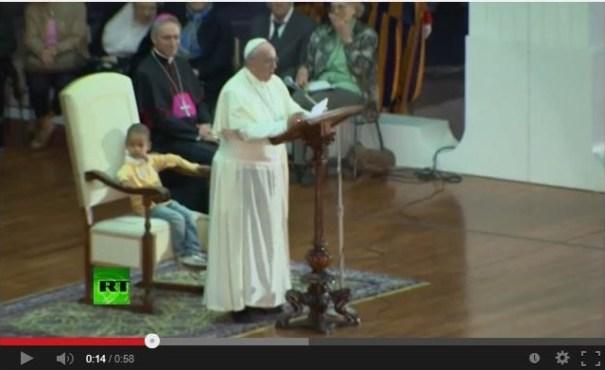 papa Carajito le roba la silla al Papa en medio de misa [Video]
