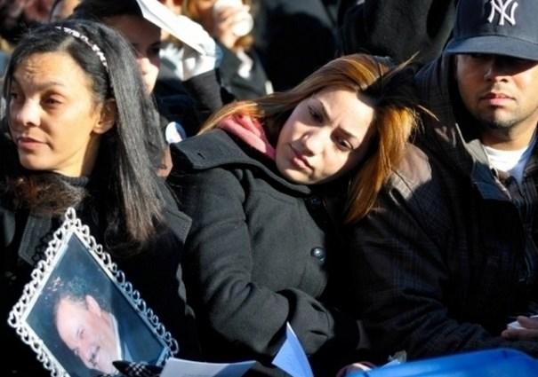 Belkis Lora sostiene la foto de su hermano José, fallecido en el accidente del vuelo 587.Foto via EDLP