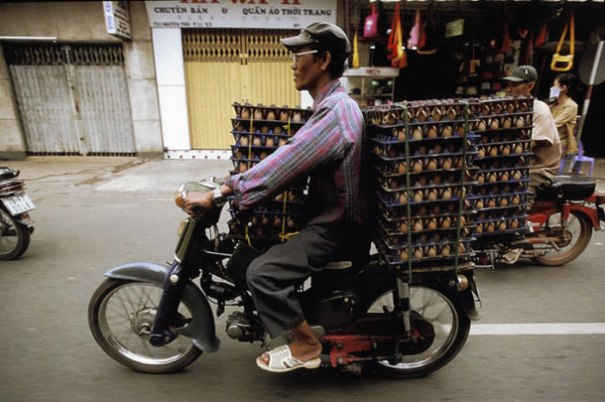 Overloaded-Vietnamese-Motorbikes-That-Defy-Logic-by-Photographer-Hans-Kemp-8