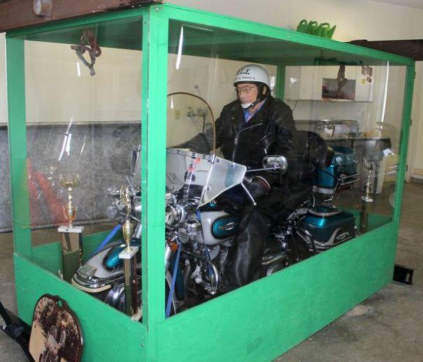 harley man Entierran a tipo con su amada motocicleta [FOTOS]