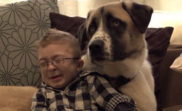d15 Niño enfermo y perro de tres patas son panas
