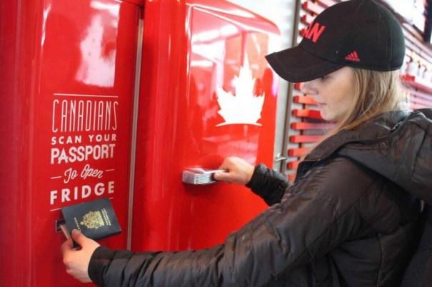molson canadian passort beer fridge 970x0 Pasaporte canadiense para cerveza gratis en Sochi [foto]
