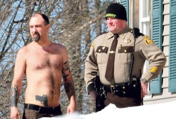bxypkdiwmip8oewmqoq6 Policia le rodea casa a tipo dique por la pistola