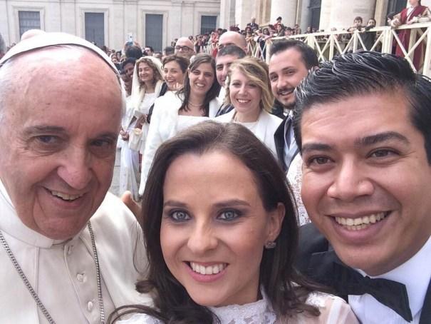 enhanced buzz wide 12251 1395241179 23 El Papa se toma un selfie con recién casados en El Vaticano