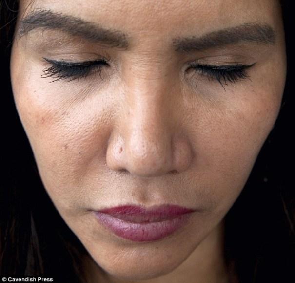image3 Doña enseña primer doble trasplante de cejas y pestañas