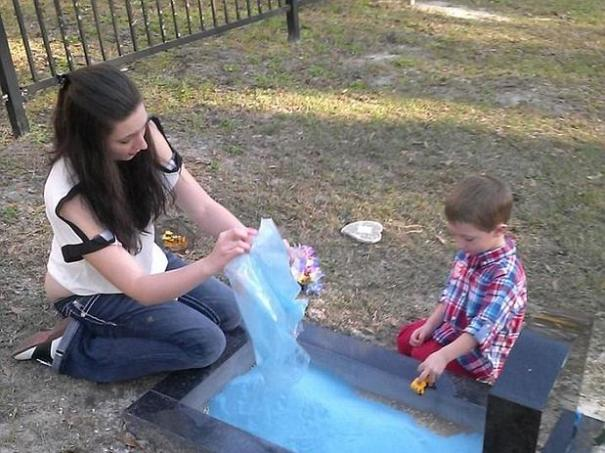 nino Madre crea arenal en tumba de hijo para que hermano juegue