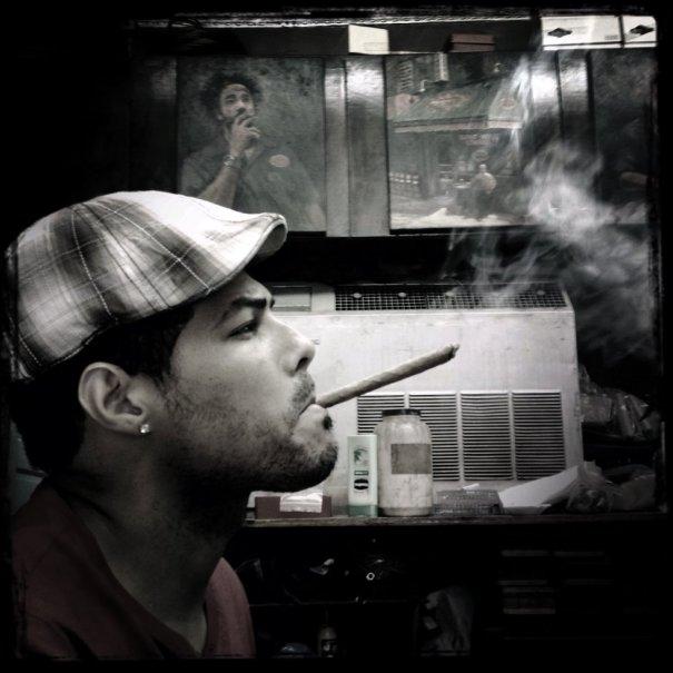 Un hombre disfruta de un puro en la tienda de cigarros 'Dominicon' en Manhattan, 18 de marzo de 2014.  ANDREW LICHTENSTEIN (CORBIS)