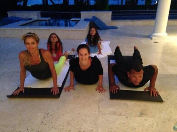 image7 ARod en sesión de yoga con las chicas [foto]