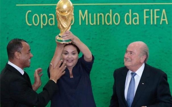 cafu rouseff blatter durante acto 1401742269226 Presidenta de Brasil recibe la copa del Mundial de Fútbol 2014